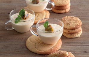 Mousse-alla-vaniglia-con-biscotti-890x570
