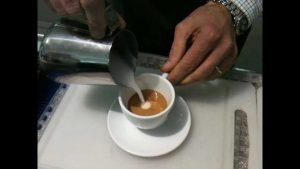 Aggiunta del latte nel caffè